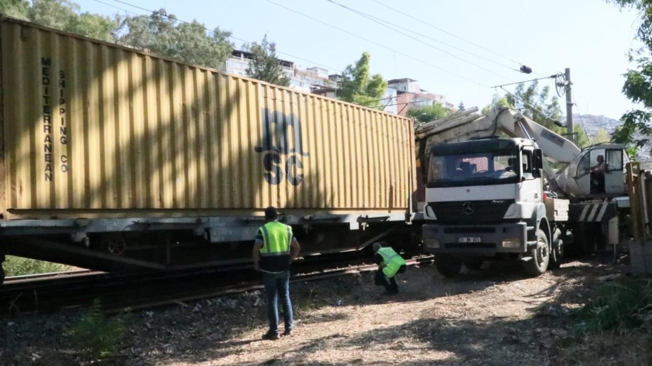 İzmir'de yük treni raydan çıktı: İZBAN seferlerinde aksama yaşandı