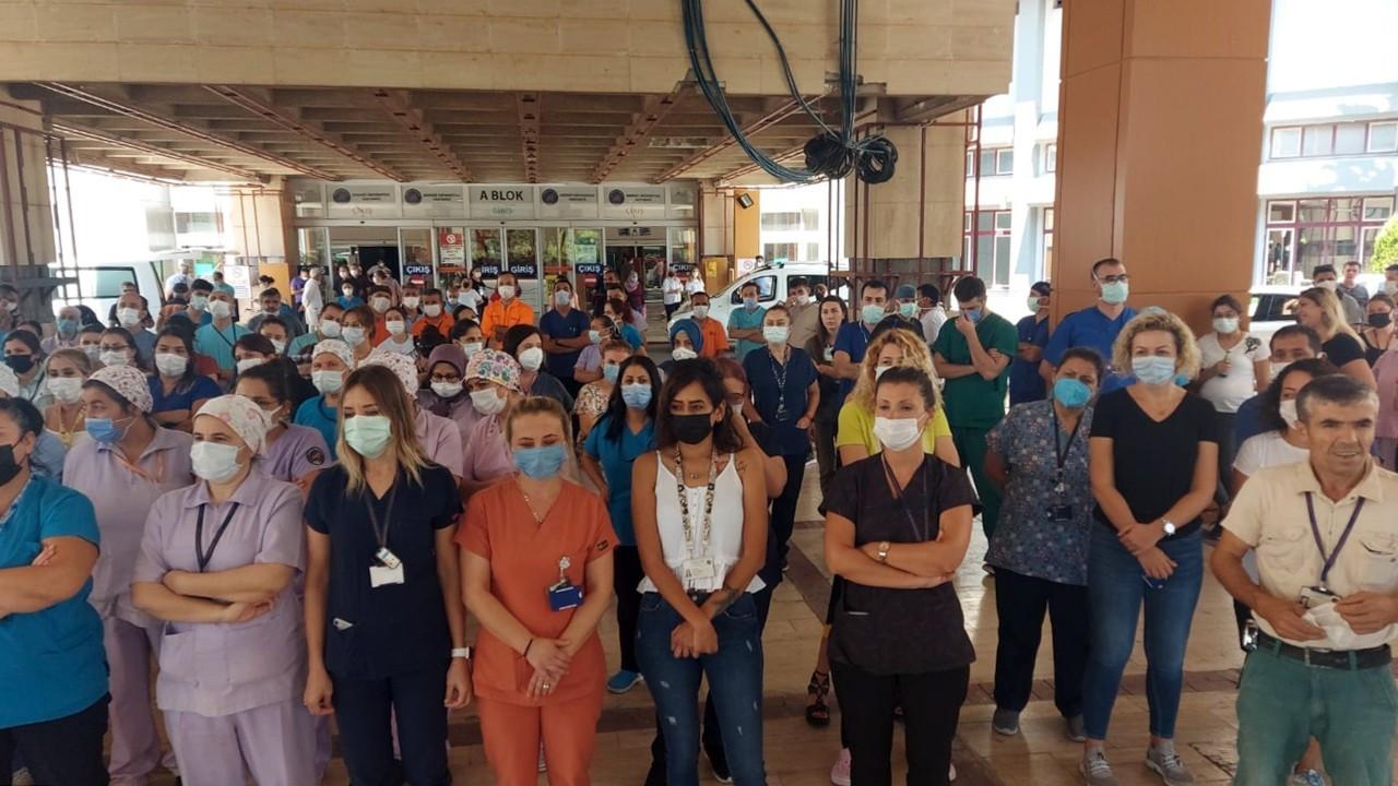 Antalya'da izinleri iptal edilen sağlıkçılardan 'sessiz duruş' eylemi