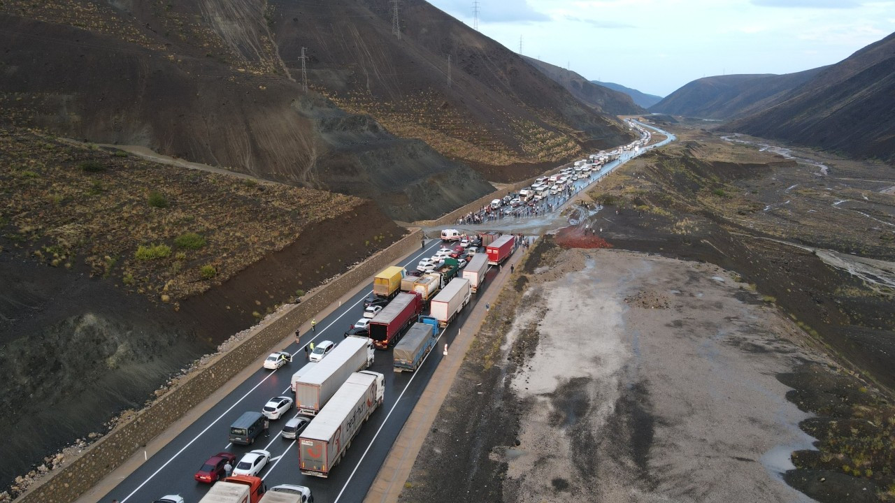 Heyelan nedeniyle kapanan Erzincan-Sivas karayolu ulaşıma açıldı