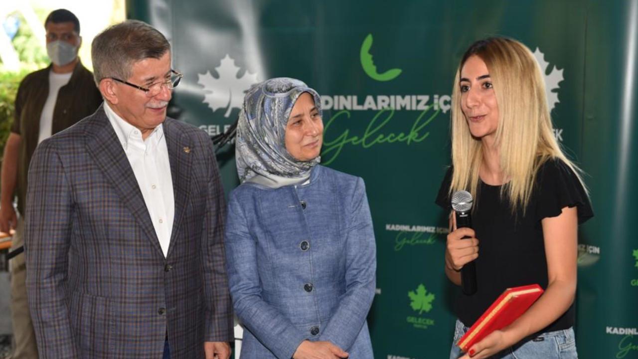 Davutoğlu'ndan hayat kurtaran kadın gazeteciye plaket
