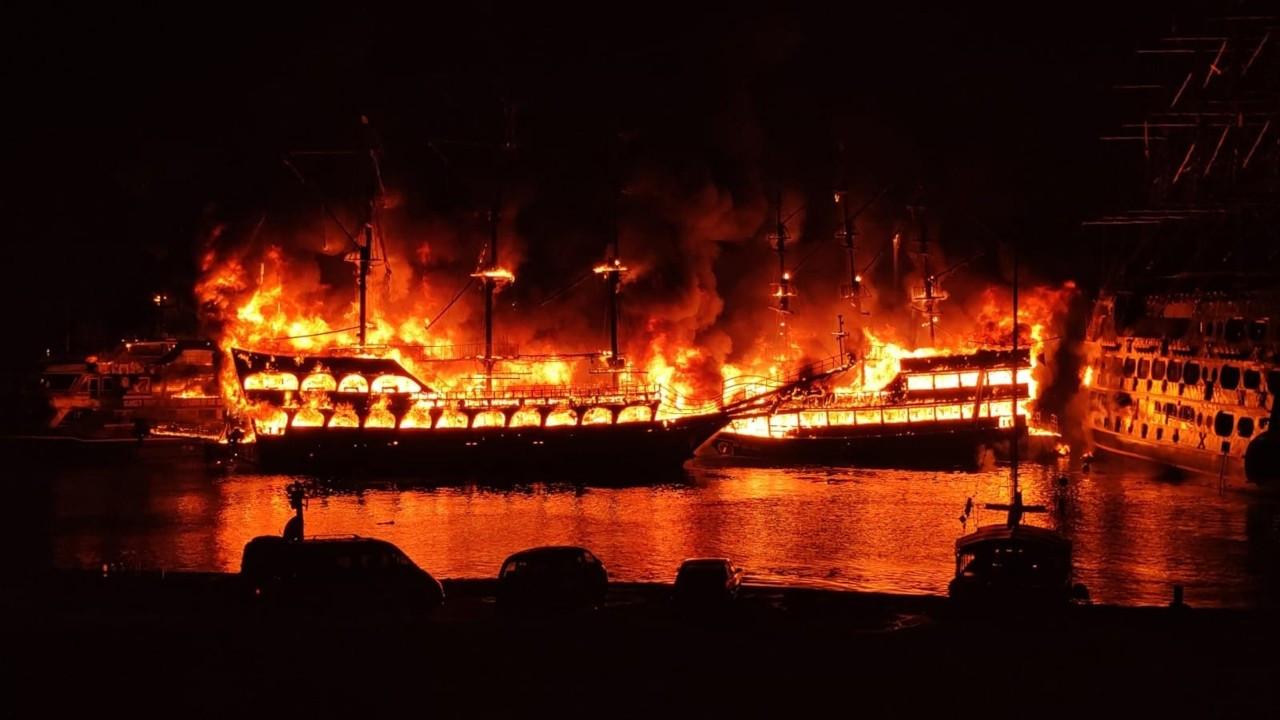 Alanya'da 4 gezi teknesi yandı: Denize atlayarak kurtuldular