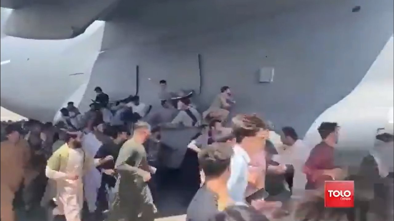 Washington Post: İki Afganın uçaktan düştüğü görüntüler gerçek, tekerleklerde insan kalıntıları bulundu