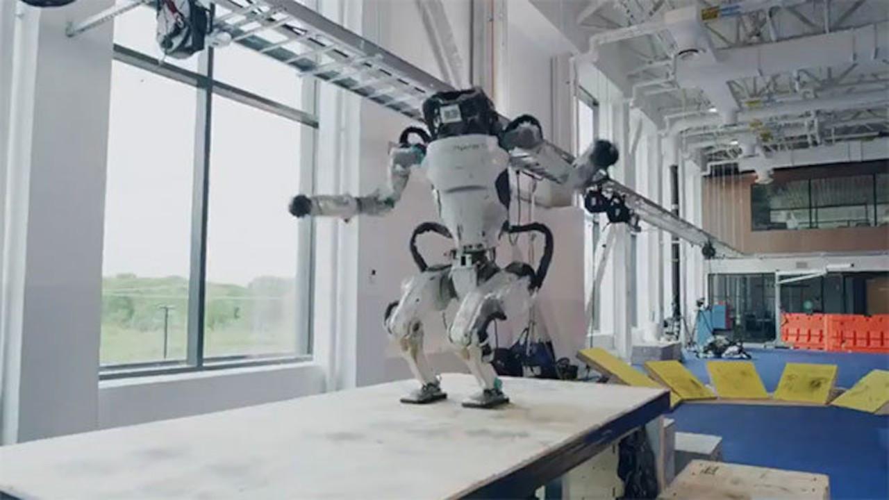 Boston Dynamics'in robotları yeni özellikler kazandı