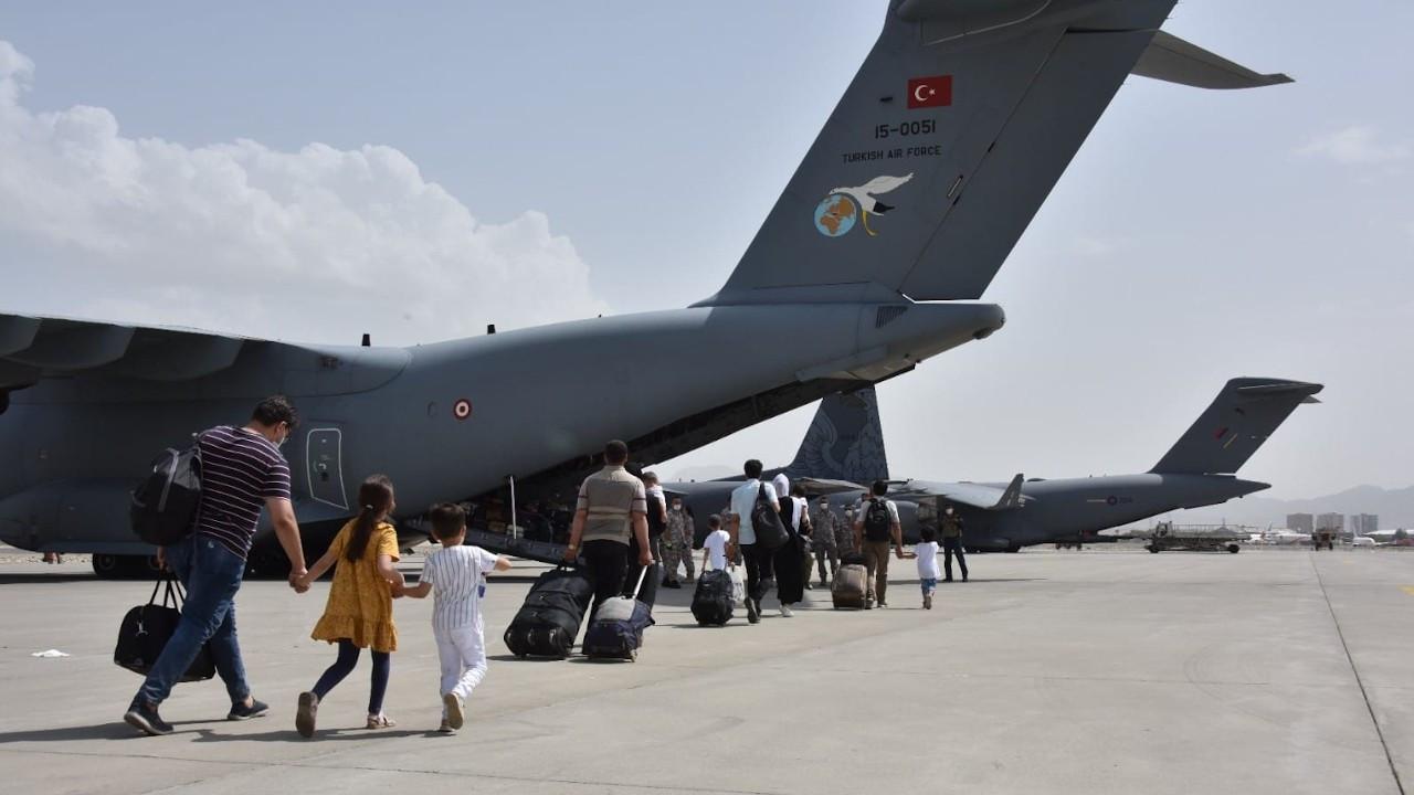 Kabil'deki Türkiye vatandaşları askeri uçakla Pakistan'a getirildi