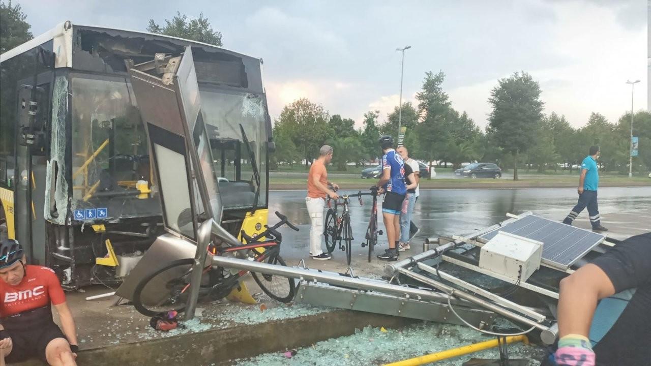 Belediye otobüsü bisikletlilere çarptı