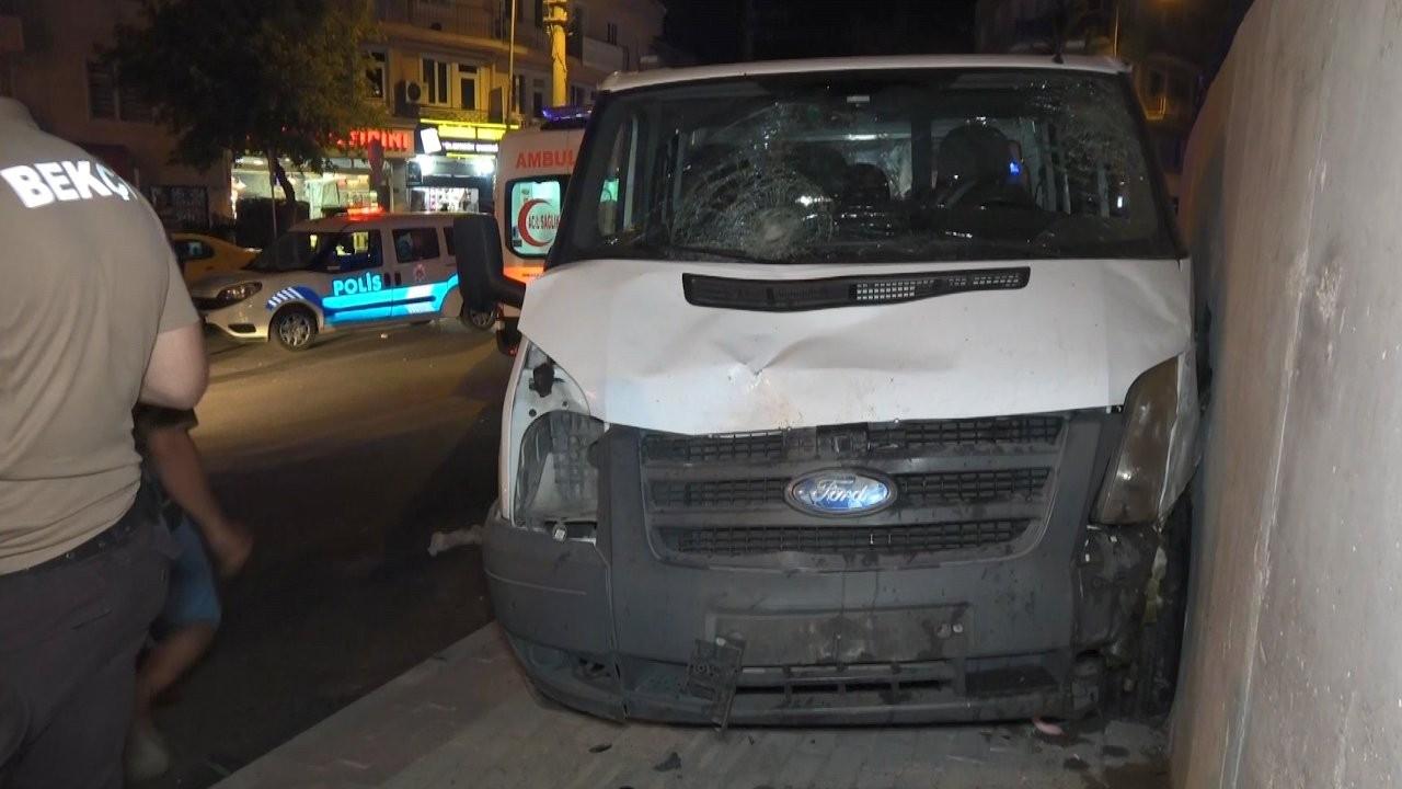 Kamyonet otobüs durağına daldı: 3 yaralı