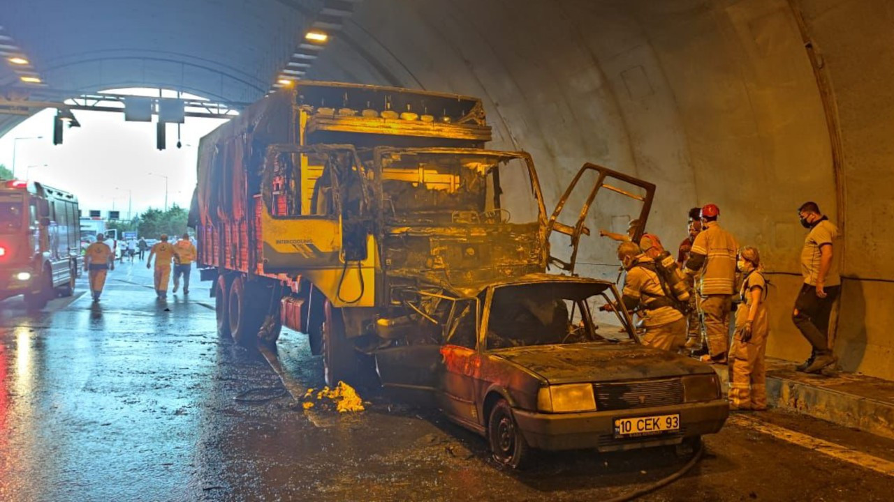 Tünelde kamyonun çarptığı otomobil alev aldı: 4 ölü