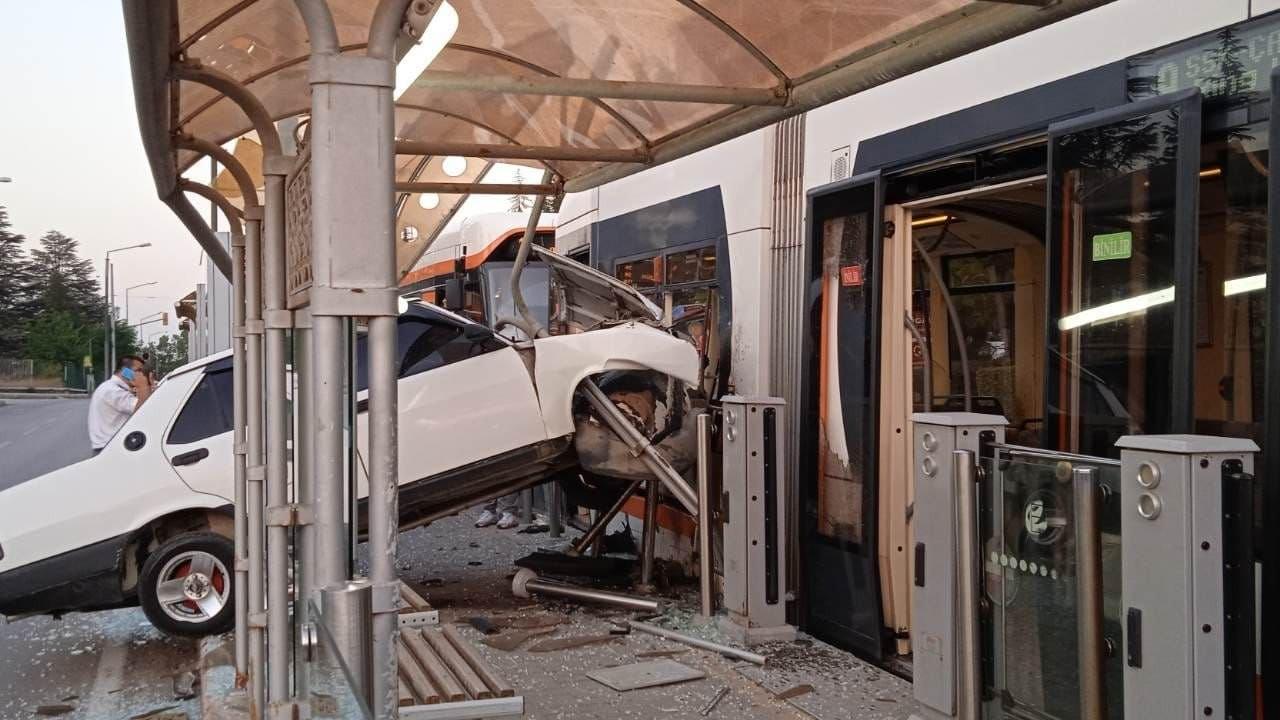 Eskişehir'de otomobil durağa ve tramvaya çarptı