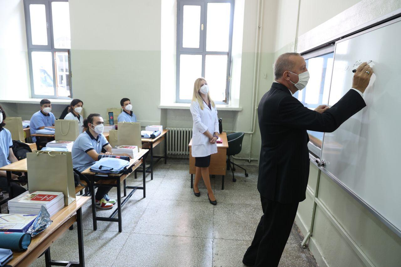 Erdoğan sınıfları dolaştı, tahtaya yazı yazdı - Sayfa 4