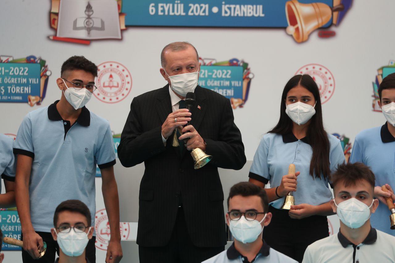 Erdoğan sınıfları dolaştı, tahtaya yazı yazdı - Sayfa 1