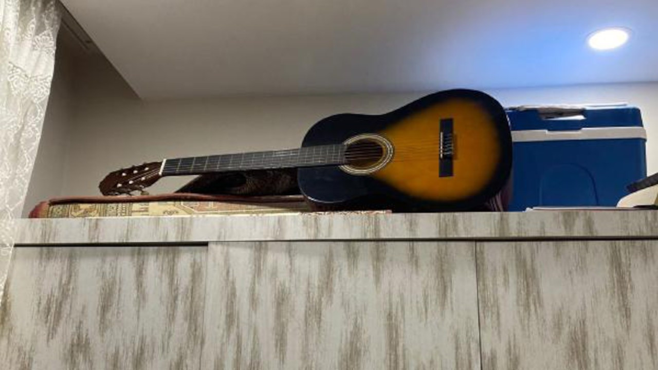Gitara kamera yerleştirdi, oğlunu uyuşturucuyla yakaladı