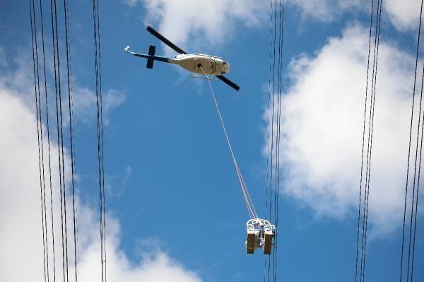 Helikopterden sarkıtılarak elektrik hatlarını onarıyorlar - Sayfa 1