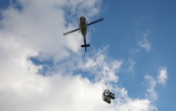 Helikopterden sarkıtılarak elektrik hatlarını onarıyorlar - Sayfa 3