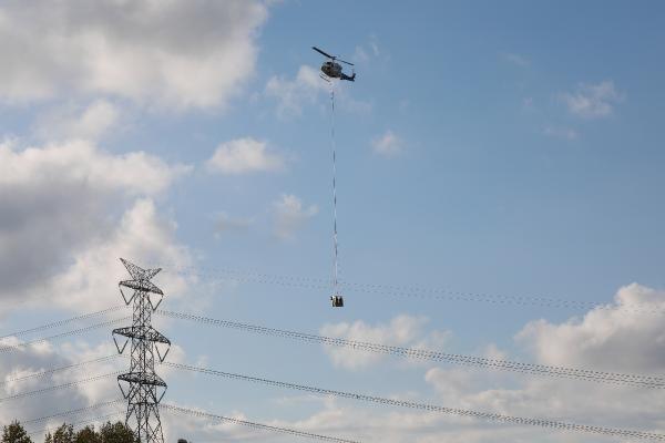 Helikopterden sarkıtılarak elektrik hatlarını onarıyorlar - Sayfa 4
