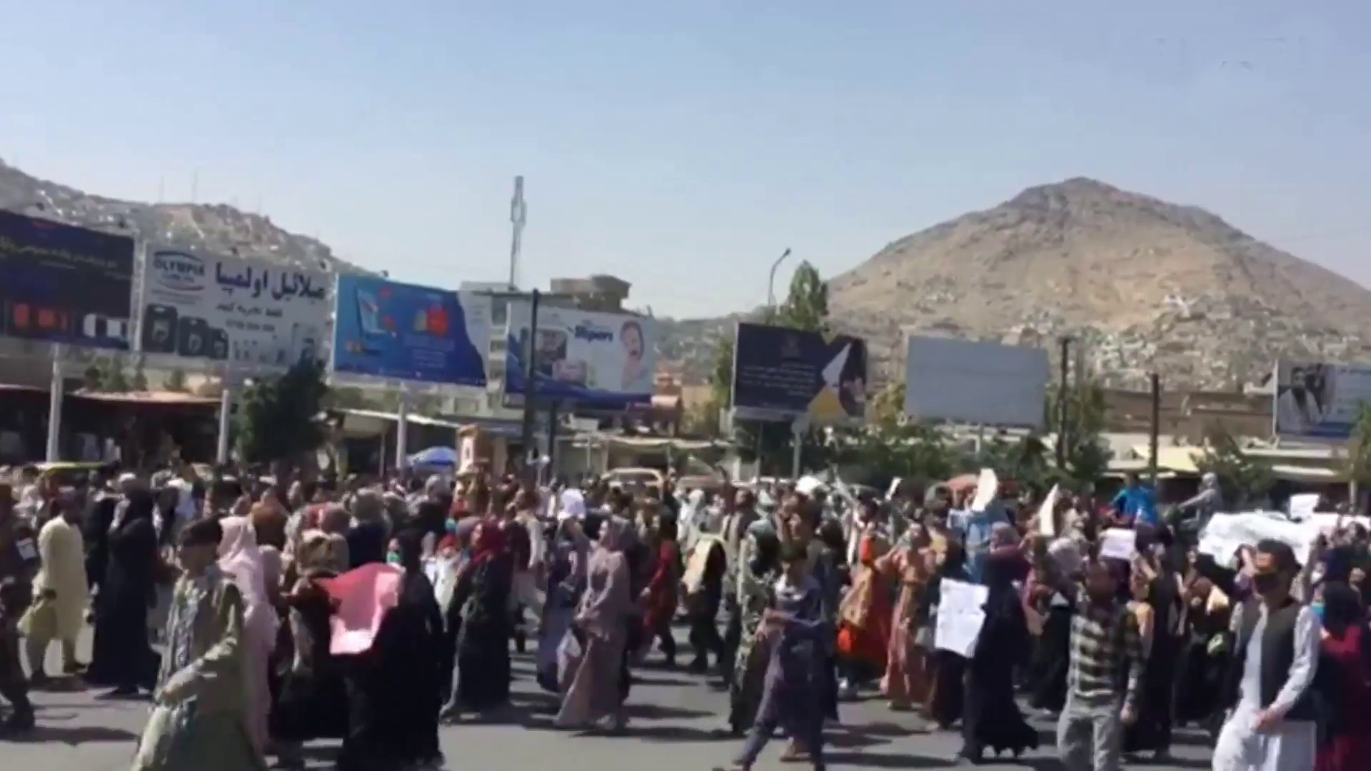 Taliban'dan göstericilere silahlı müdahale