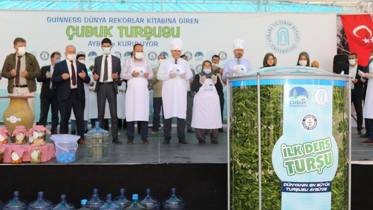 Akademisyen ve öğrenciler 1,5 tonluk kavanoza turşu kurdu