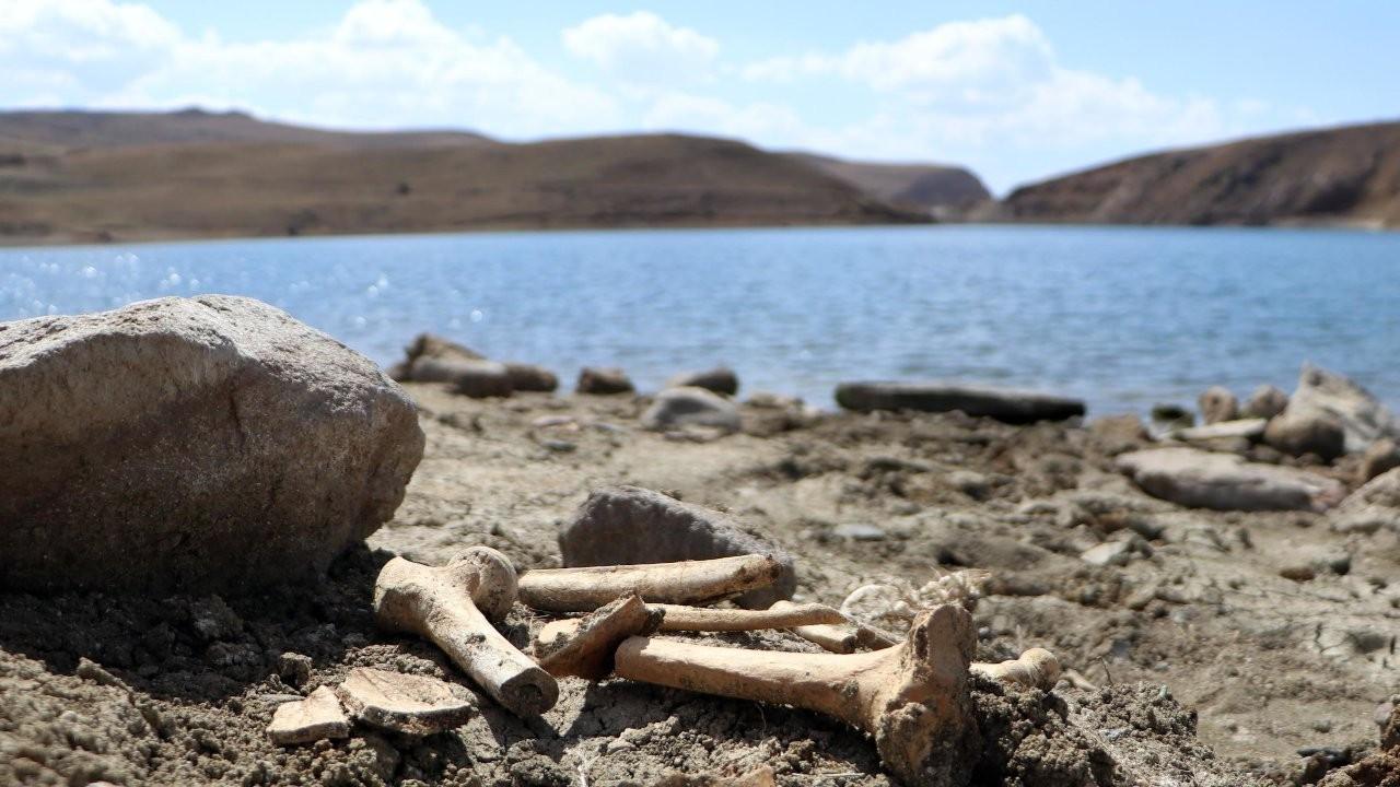 Barajın suları çekildi, mezarlar gün yüzüne çıktı
