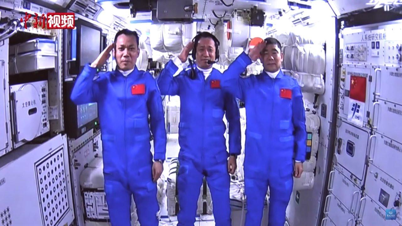 Çinli astronotlar doksan gün sonra çöle iniş yaptı: Anne, baba ben geri döndüm!