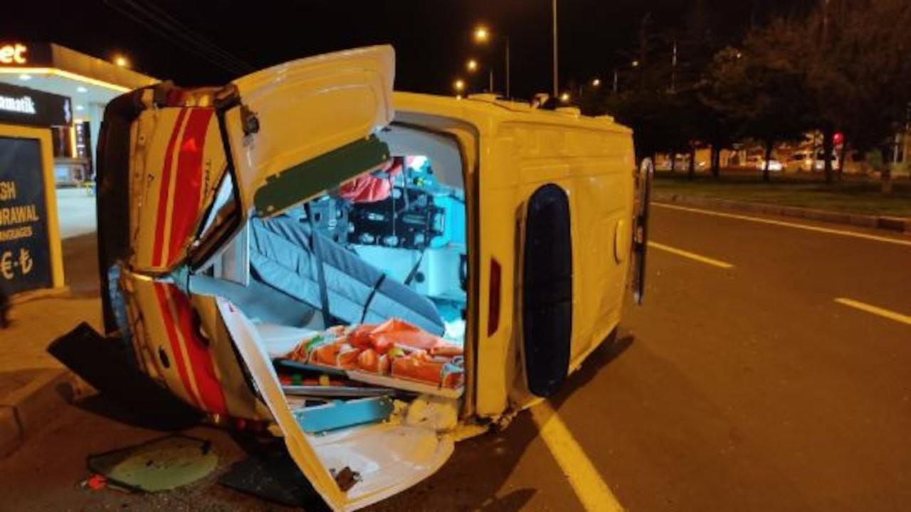 Hasta taşıyan ambulans ile otomobil çarpıştı: 4 yaralı