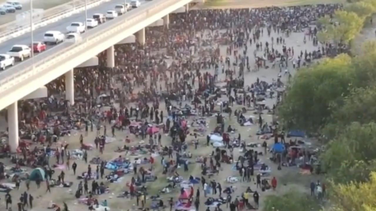 Meksika sınırını aşıp ABD'ye geçen binlerce göçmen 'gözaltı' bekliyor