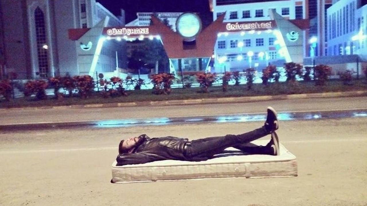 Kampüsün önüne yatak atıp uyudu: Barınamayanlar her yerde