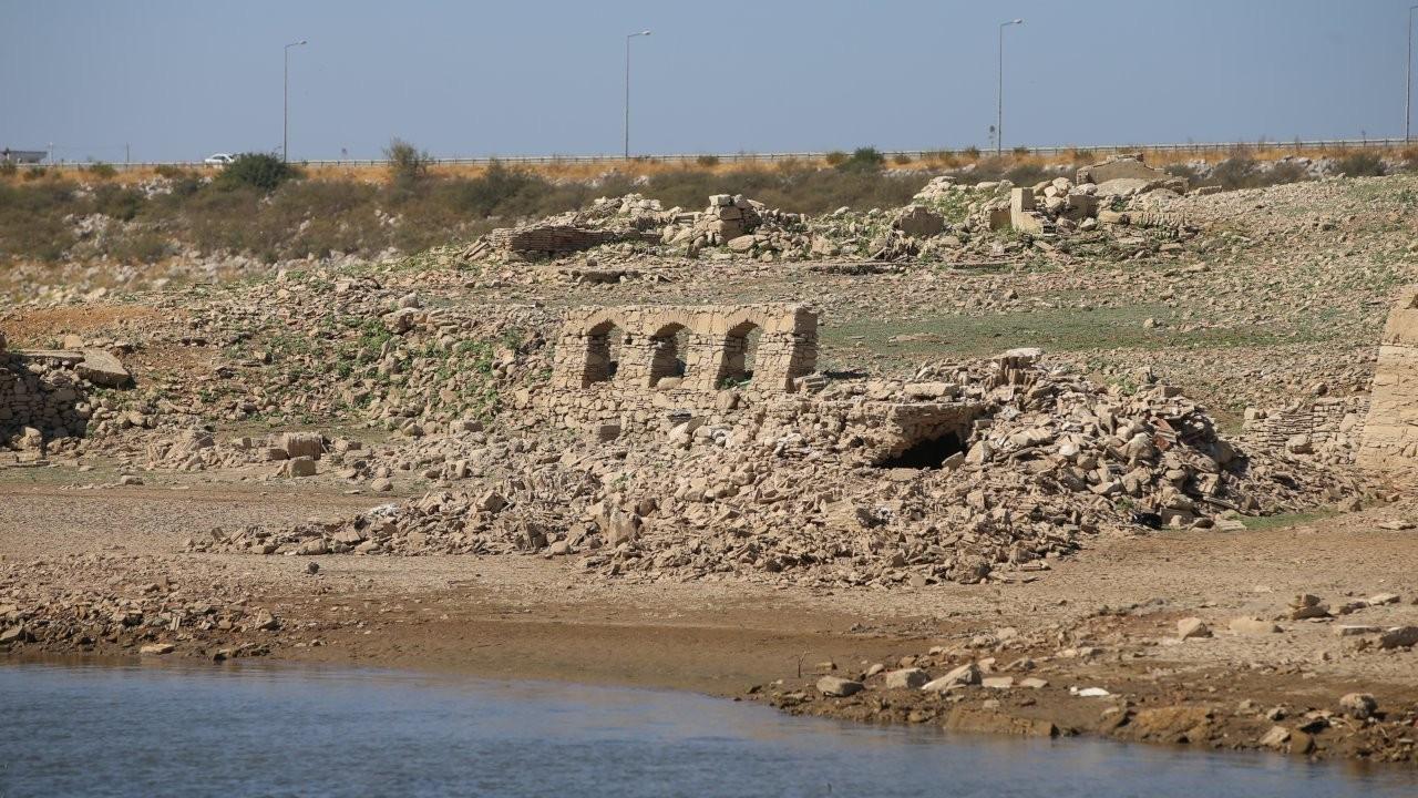 Bodrum'un su kaynağı Mumcular Barajı kurudu: Eski fabrika ve kara yolu ortaya çıktı