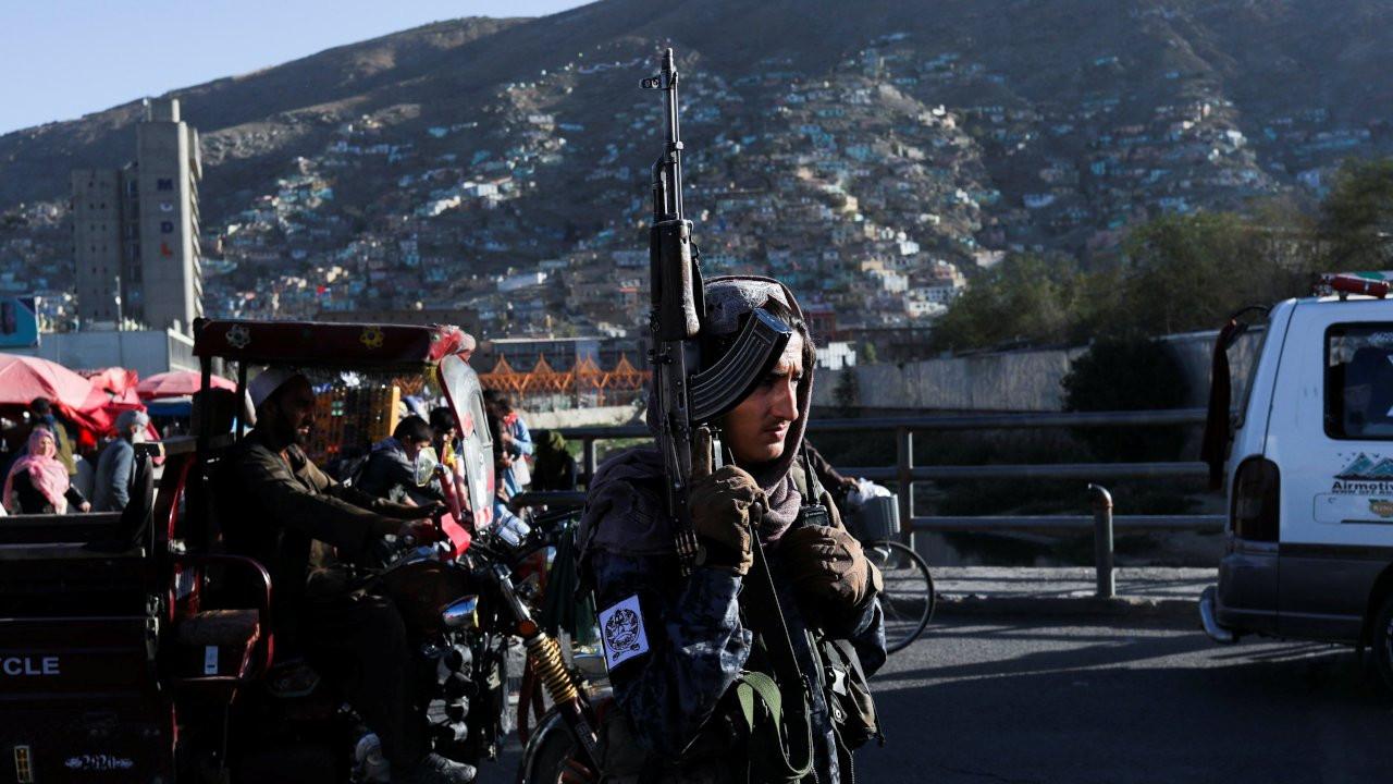 Taliban öldürdüğü dört kişiyi şehir merkezine getirip vince astı