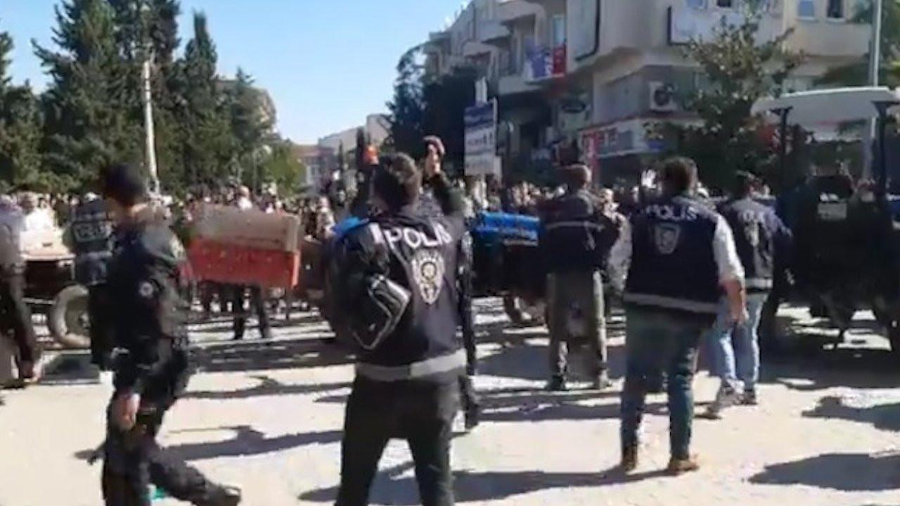Samsun'da belediye önünde toplanan halk binayı taşladı