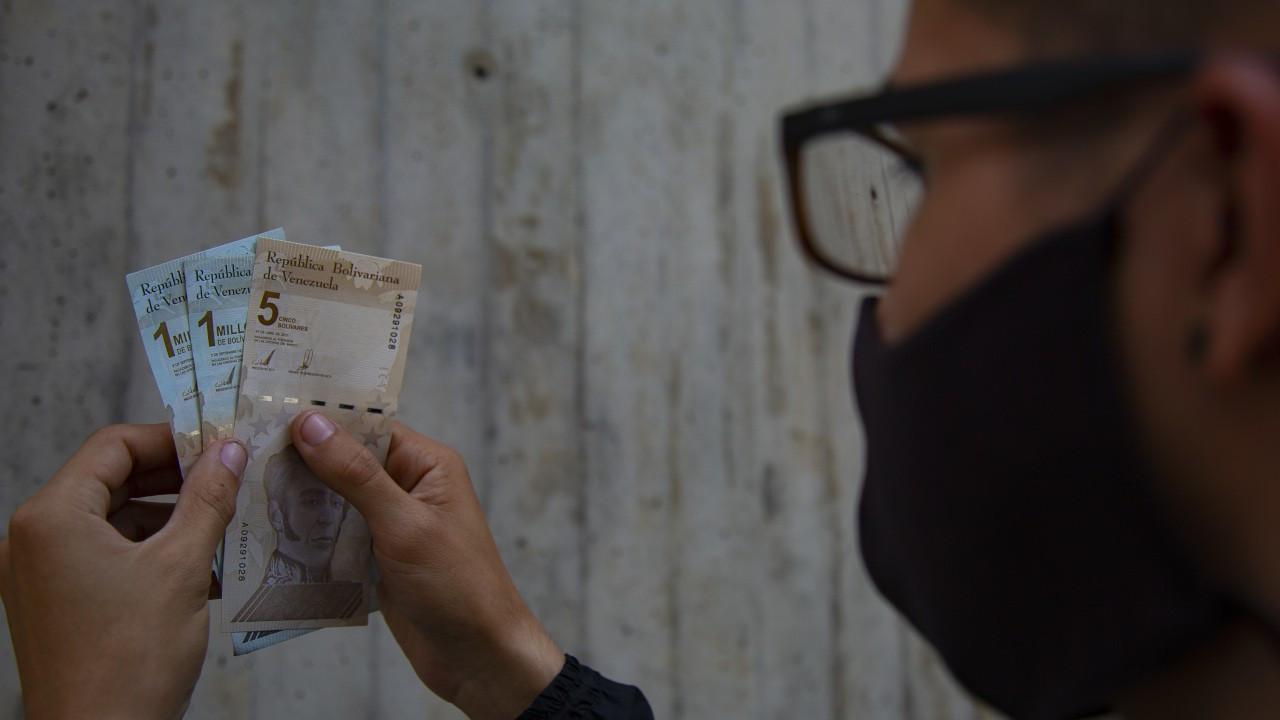 Venezuela Bolivar'dan altı sıfır sildi