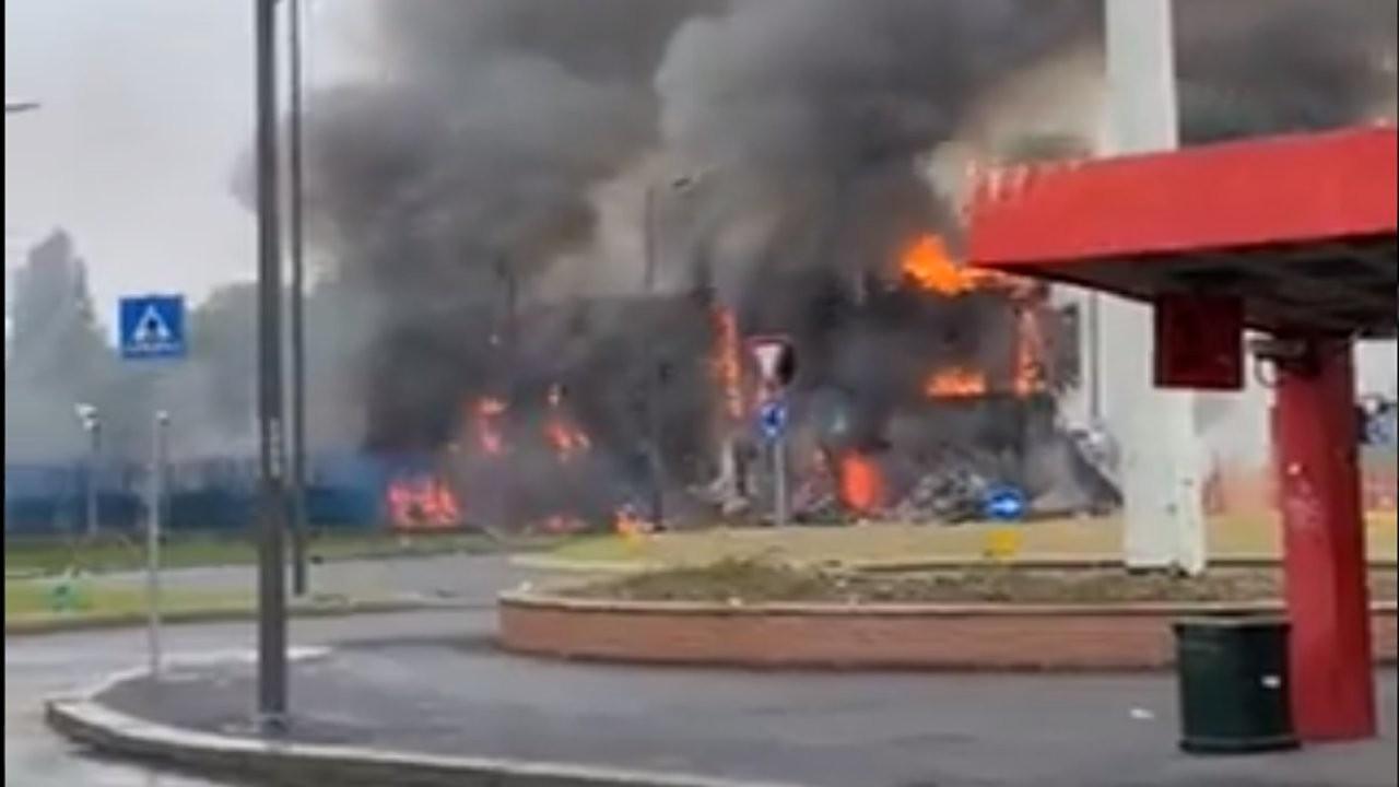 Milano'da özel uçak boş binaya düştü: 8 ölü