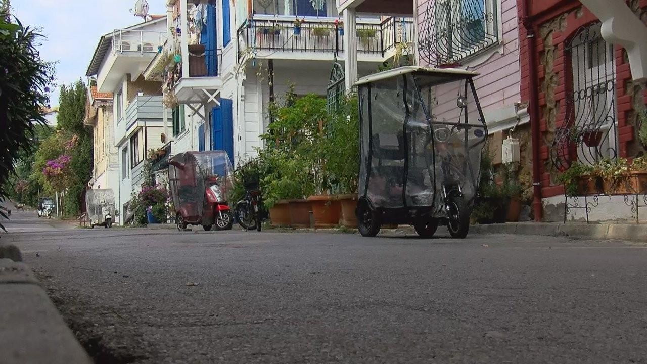 Adalılar akülü araçların kaldırılmasını protesto etti