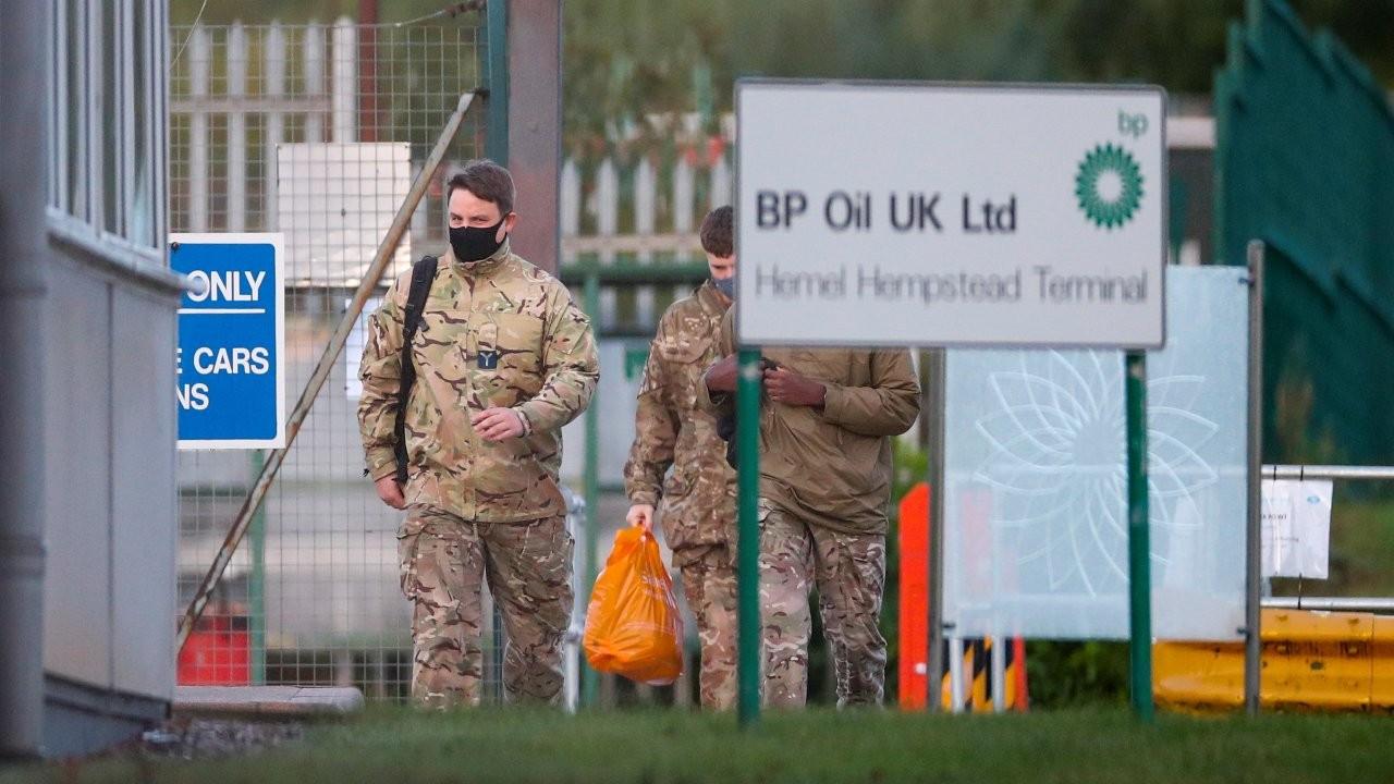 İngiltere'de asker benzin dağıtmaya başladı