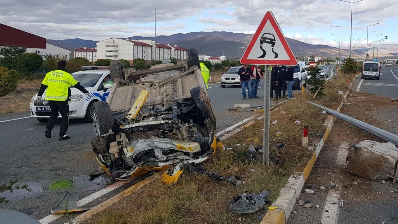 Taksi aydınlatma direğine çarparak devrildi: 4 yaralı