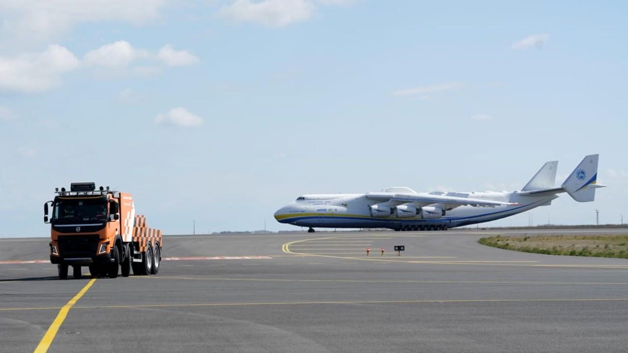Dünyanın en büyük kargo uçağı İstanbul'a indi