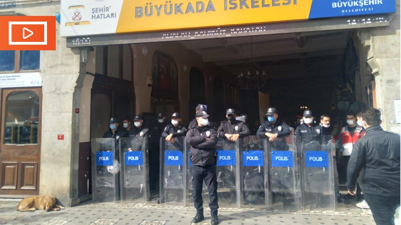Büyükada'da TÜGVA'nın tahliyesi polis tarafından engellendi