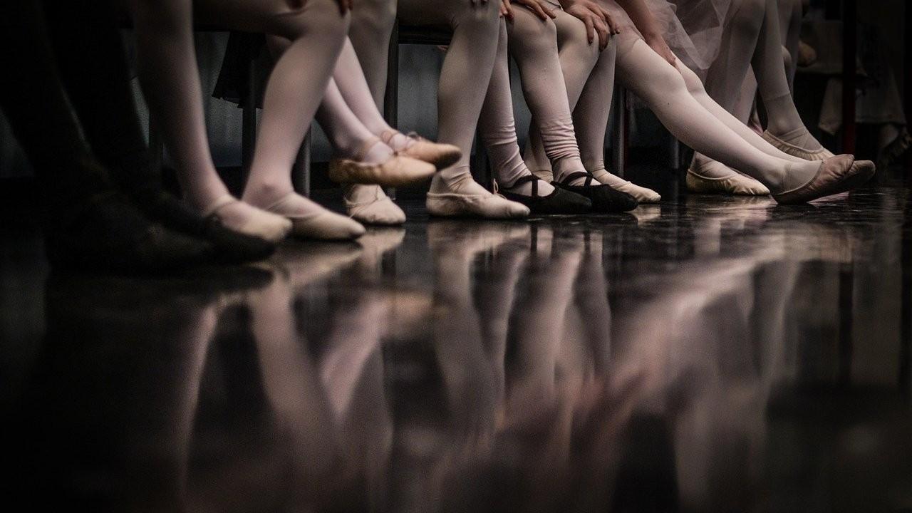 Sahnede üzerine dekor düşen balet öldü
