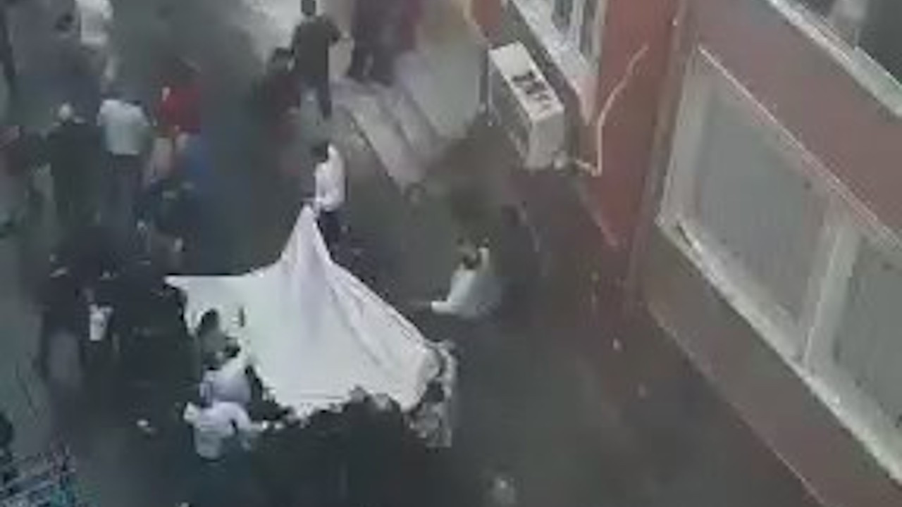 Esenler'de yangın: Mahallelinin açtığı çarşafa atladılar