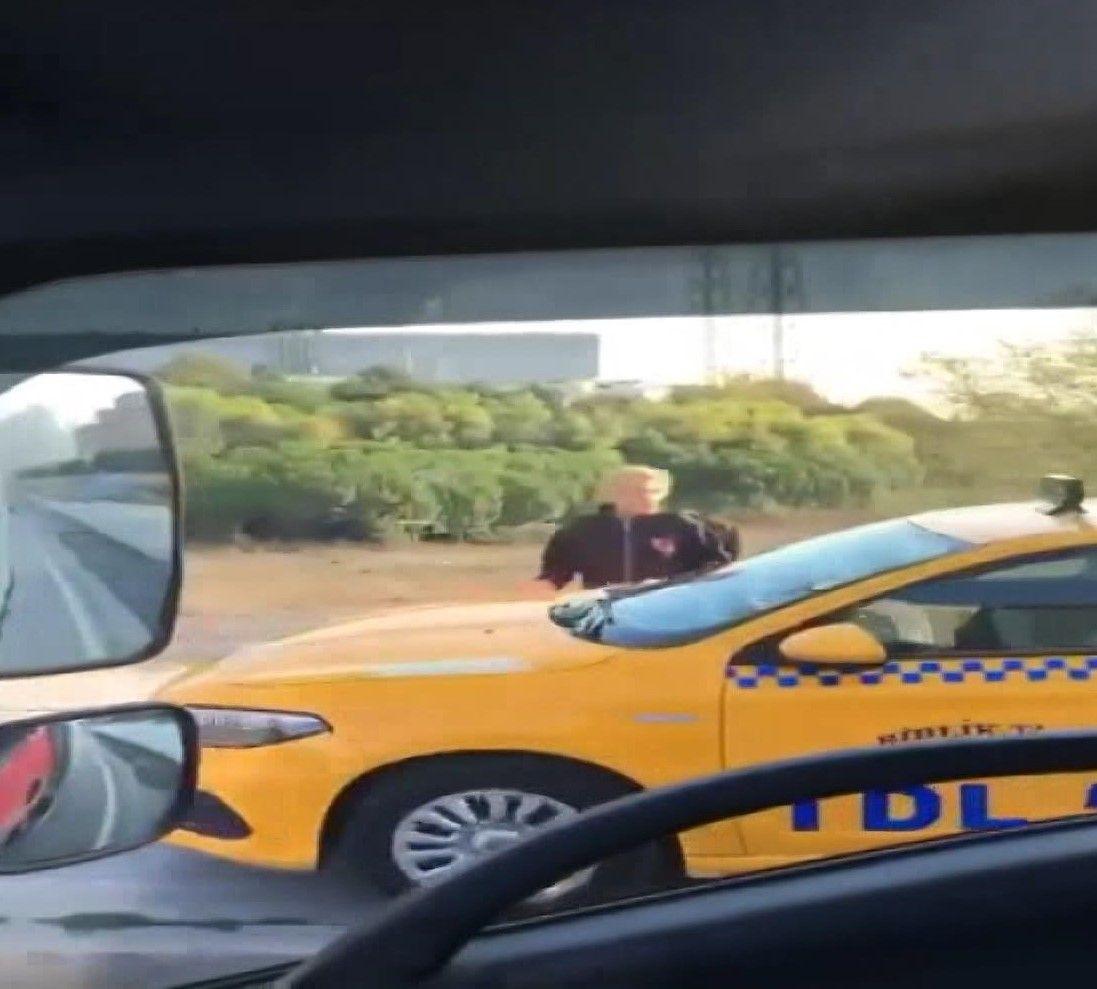 Kaldırımdan giden taksici, korna çalarak yayadan yol istedi - Sayfa 4