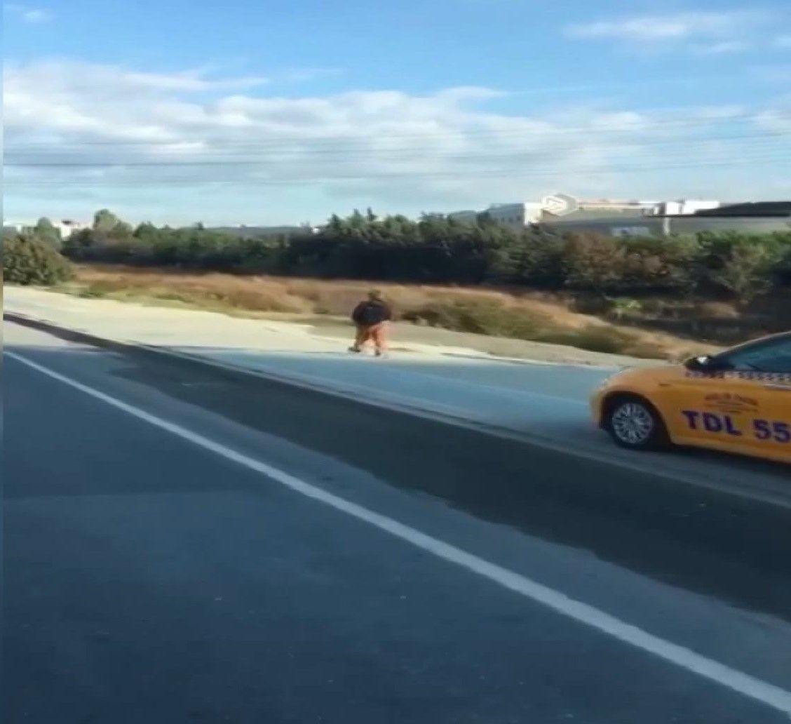 Kaldırımdan giden taksici, korna çalarak yayadan yol istedi - Sayfa 3