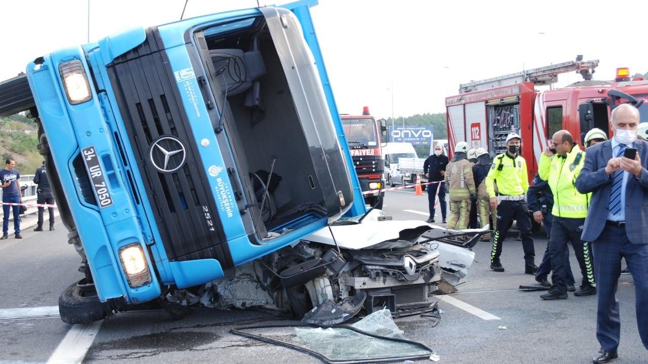 Kuzey Marmara Otoyolu'nda kamyon otomobilin üzerine devrildi