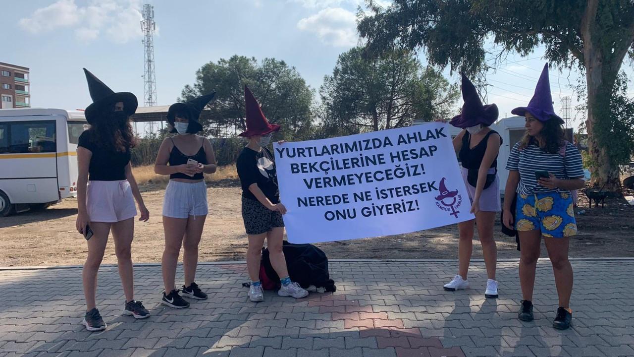 Kampüs Cadıları 'pijama yasağını' protesto etti