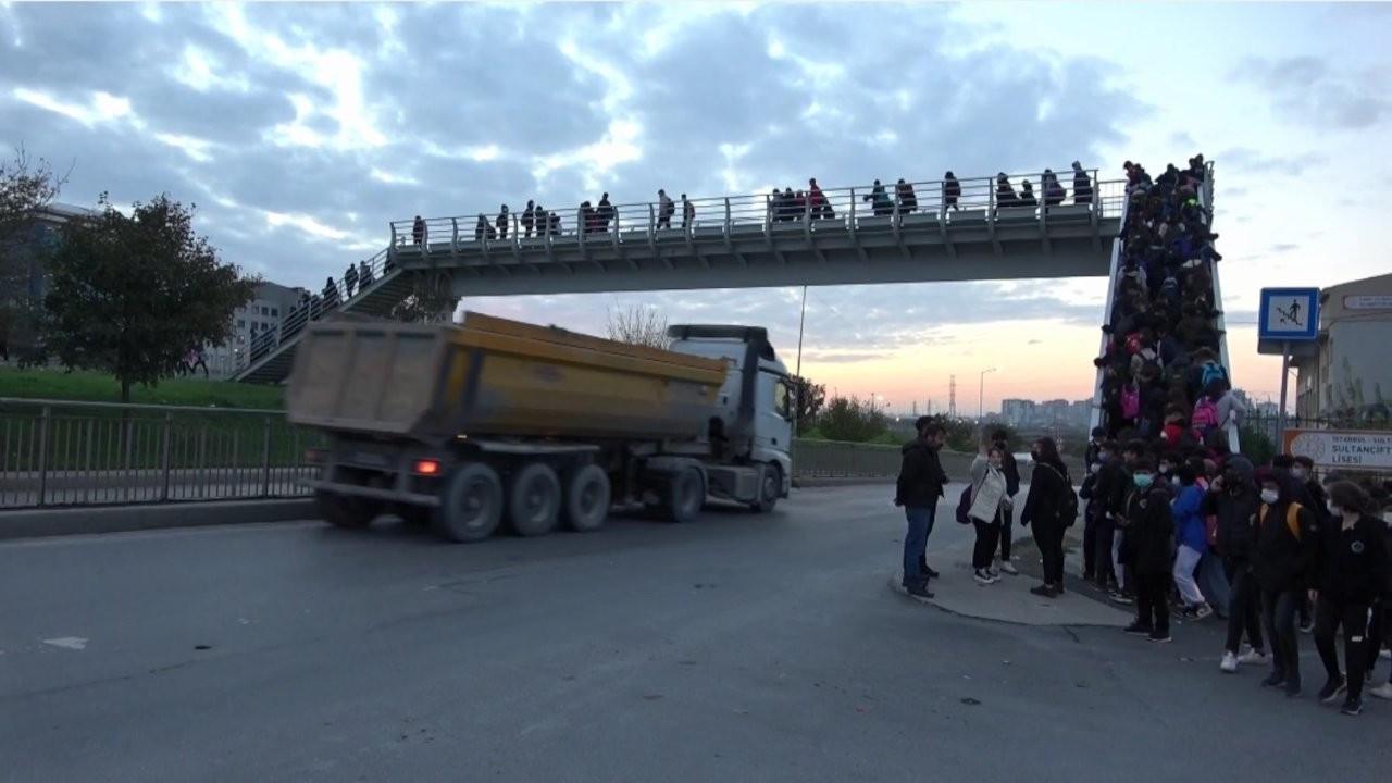 Okul yolunda hafriyat kamyonu