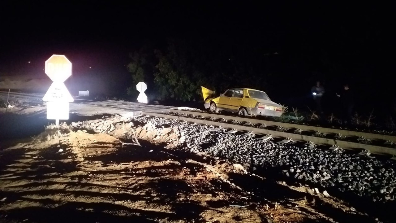Elazığ'da yolcu treni otomobile çarptı: 2 yaralı