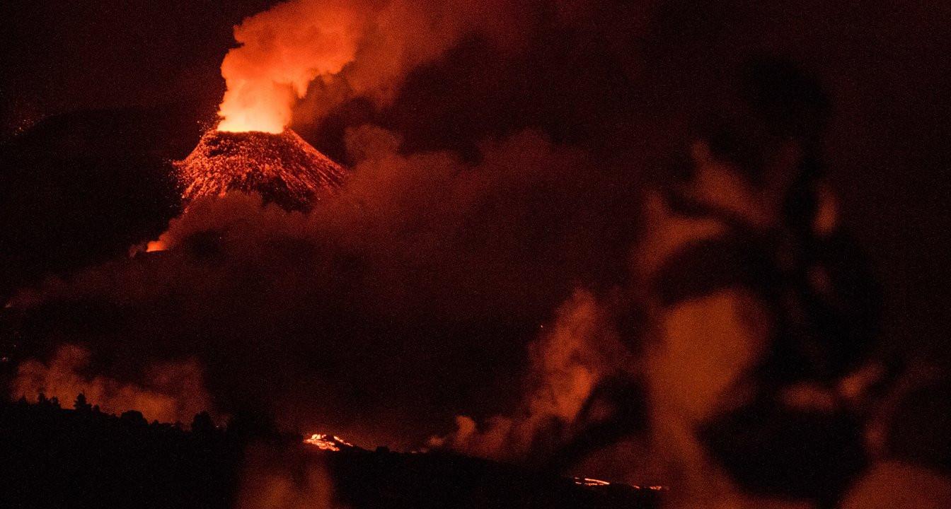 Cumbre Vieja Yanardağı lav püskürtmeye devam ediyor