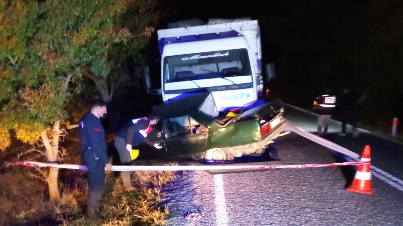İzmir'de kamyonun altına giren otomobildeki 2 kardeş öldü