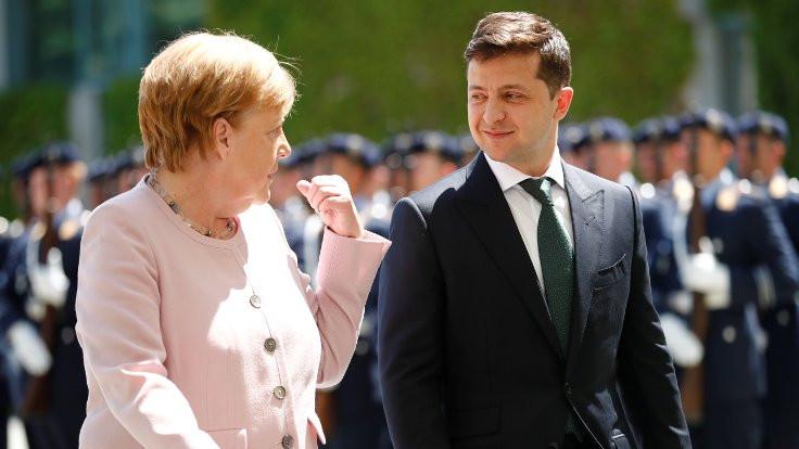 Merkel canlı yayında az daha bayılıyordu